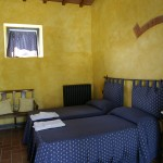 Camera da letto con copriletto blu