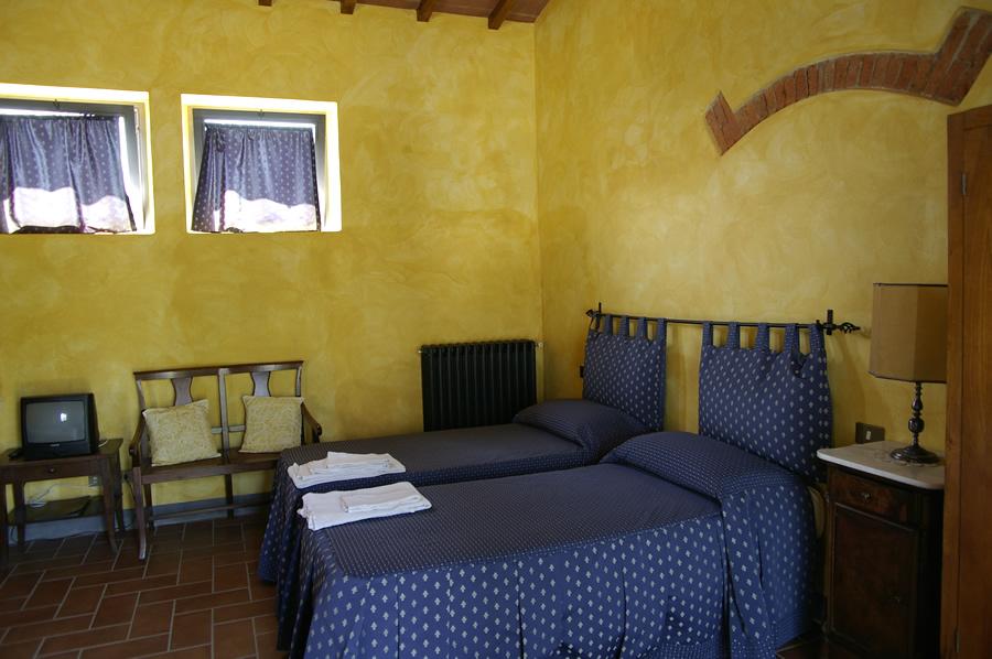 Camera da letto con copriletto blu agriturismo podere le for Camera da letto blu